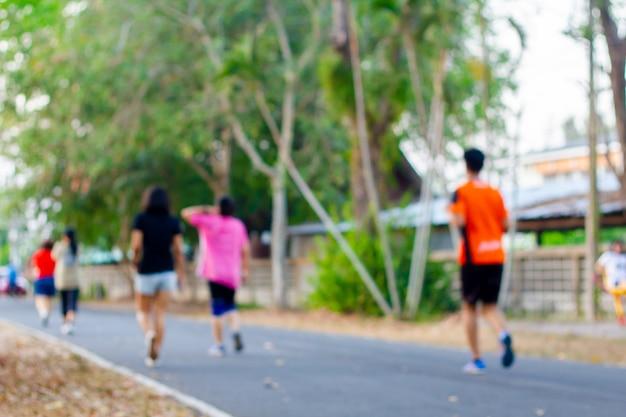 Em pessoas borradas correndo correndo