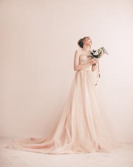 Em pleno crescimento. noiva experimentando vestido de noiva. foto com espaço de cópia