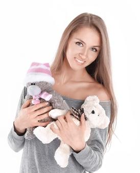 Em pleno growth.cute jovem mulher com brinquedos macios. isolado em fundo branco