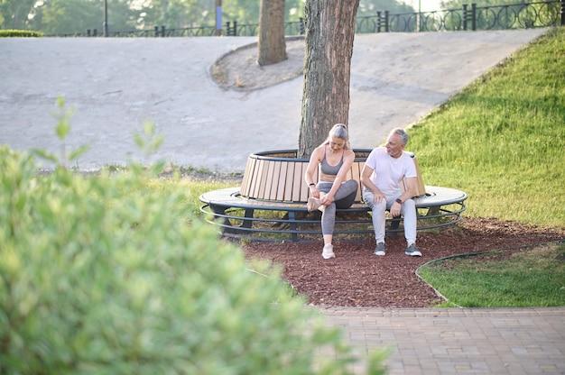 Em repouso. um casal maduro e esportivo descansando após o treino