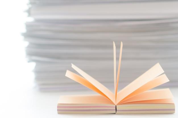 Em um bloco colorido de mesa branca para anotações no papel de fundo e papelaria