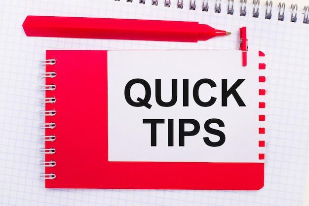 Em um bloco de notas branco, uma caneta vermelha, um bloco de notas vermelho e uma folha de papel branca com o texto dicas rápidas