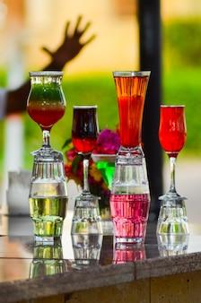 Em um dia quente, o barman preparava vários coquetéis para seus visitantes.
