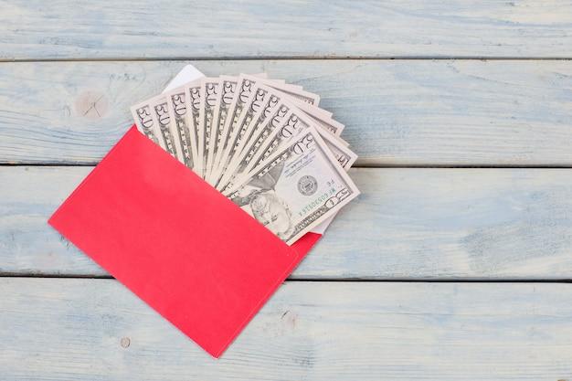 Em um envelope vermelho dólares americanos