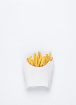 Em um fundo branco batatas fritas fritas em uma caixa branca batatas fritas fritas no fundo branco