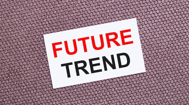 Em um fundo marrom, um cartão retangular branco com o texto tendência futura