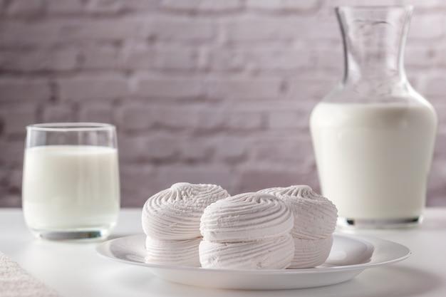 Em um prato branco está um marshmallow doce branco