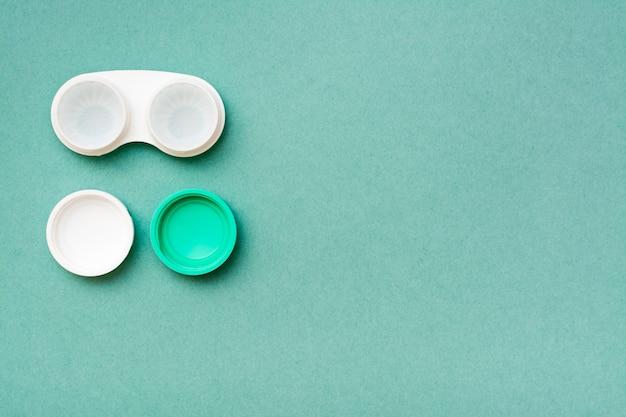 Em um recipiente aberto existem lentes em um líquido para limpeza