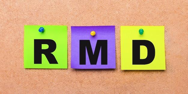 Em uma parede bege, adesivos multicoloridos para notas com a palavra rmd