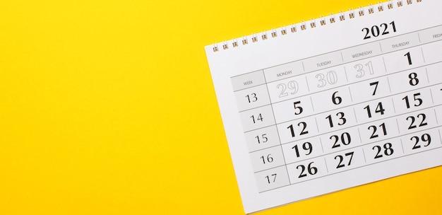 Em uma superfície amarela brilhante está o calendário de 2021
