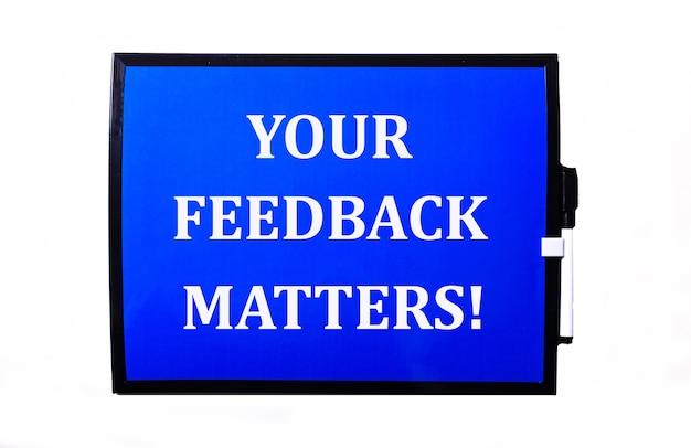 Em uma superfície azul, uma inscrição branca seus feedback matters