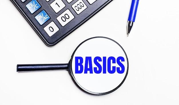Em uma superfície clara, uma calculadora preta, uma caneta azul e uma lupa com texto dentro do basics