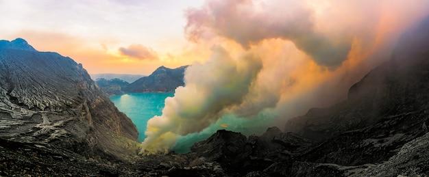 Emanações do enxôfre da cratera do vulcão de kawah ijen, indonésia.