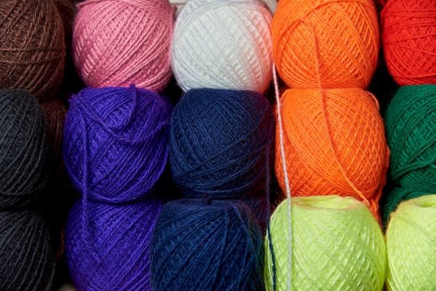 Emaranhados de fios multicoloridos para tricotar.