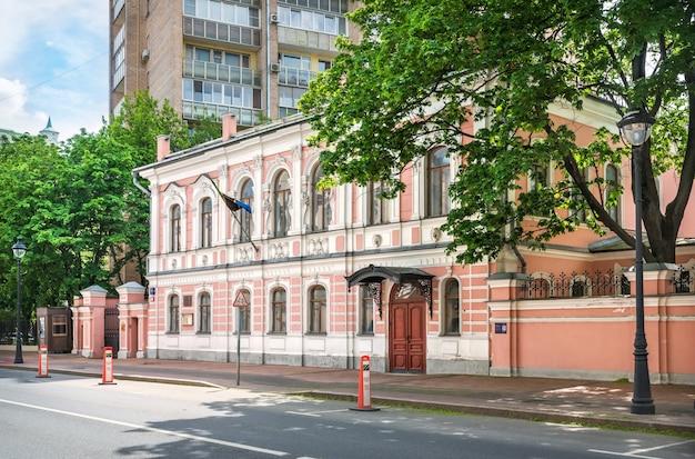 Embaixada da tanzânia na rua bolshaya nikitskaya em moscou em um dia ensolarado de verão