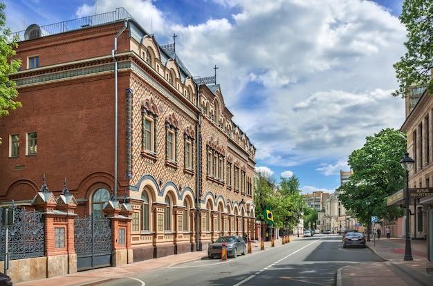Embaixada do brasil na rua bolshaya nikitskaya e um arranha-céu em moscou em um dia ensolarado de verão