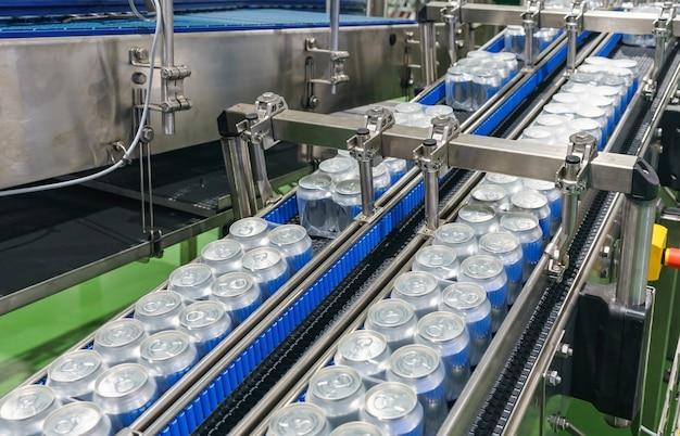 Embalado latas na correia transportadora na fábrica berverage