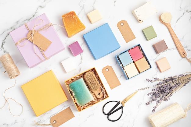 Embalagem caixa de presente com sabonetes artesanais naturaisethical, sustentável zero waste lifestylediy, hobby, ideia artesanal de pequena empresavista superior, maquete