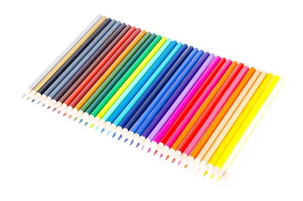 Embalagem com lápis coloridos brilhantes para desenho
