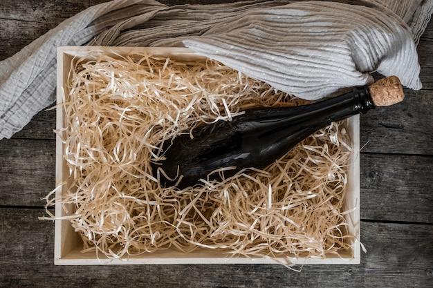 Embalagem de armazenamento de fundo de madeira preta para serviço de caixa de palha