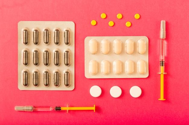 Embalagem de blister e comprimidos em fundo vermelho