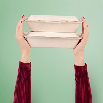 Embalagem de caixa de papel para o conceito de comida para viagem