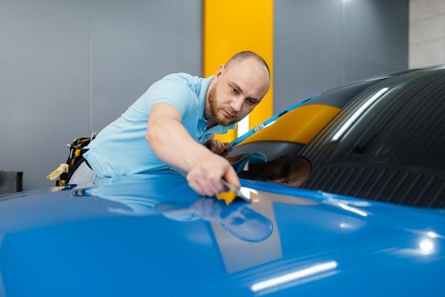 Embalagem de carro com rodo instala filme protetor