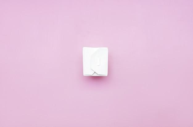 Embalagem de cartão de caixa de comida take-away branco para macarrão em um fundo rosa