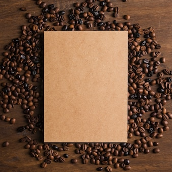 Embalagem de cartão e grãos de café