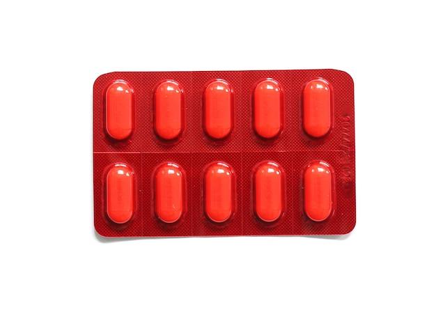 Embalagem de comprimidos de vitamina c vermelha isolada em fundo branco