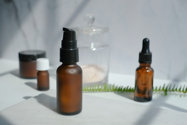 Embalagem de cosméticos para a pele. produto de beleza simulado em mármore branco de luxo com luz natural e sombra.