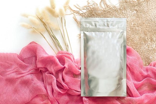 Embalagem de folha com um rosa