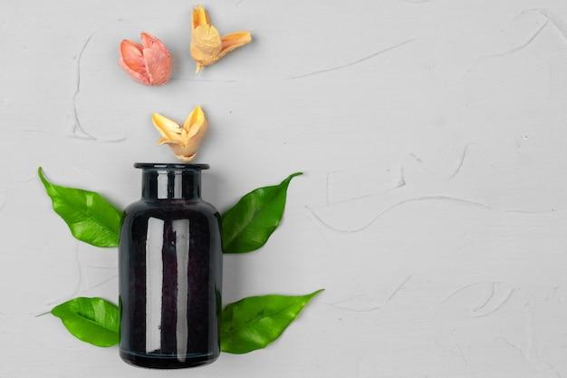 Embalagem de frasco em branco para cosméticos naturais com ervas de folhas