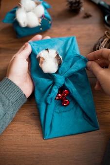 Embalagem de furoshiki de natal. presente de natal étnico. zero conceito de resíduos