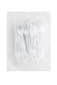 Embalagem de garfos plásticos descartáveis isolados no fundo branco