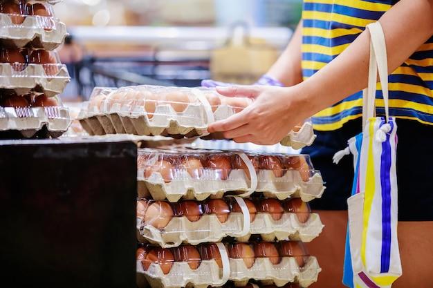 Embalagem de ovos nas prateleiras de um supermercado