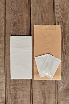 Embalagem de papel kraft, saquinhos de lenços umedecidos e guardanapos de papel para entrega de comida