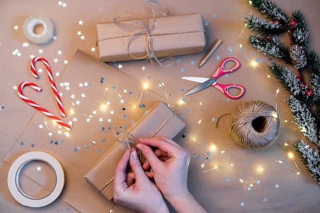 Embalagem de presentes de natal em papel kraft, feita à mão.