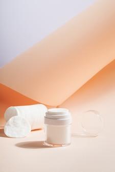 Embalagem de produto cosmético com bomba, discos de algodão para produto. copie o espaço