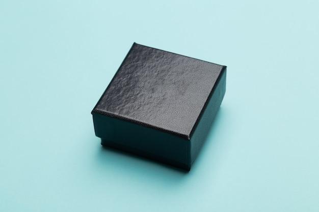 Embalagem de produto mini caixa preta isolada em fundo azul