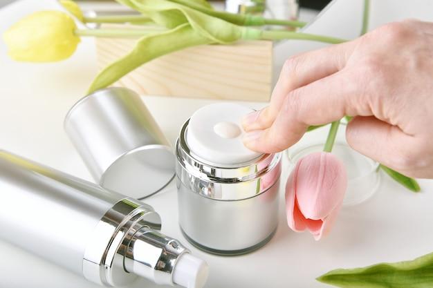 Embalagem de recipientes para frascos de cuidado natural com essência de flor de tulipa