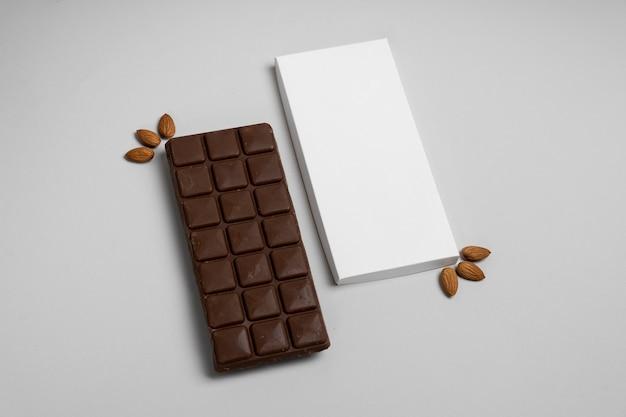 Embalagem de tablete de chocolate com ângulo alto e nozes