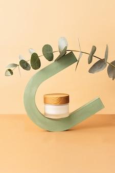Embalagem de vidro para cuidados com a pele com tampa de madeira equilibrada no arco geométrico