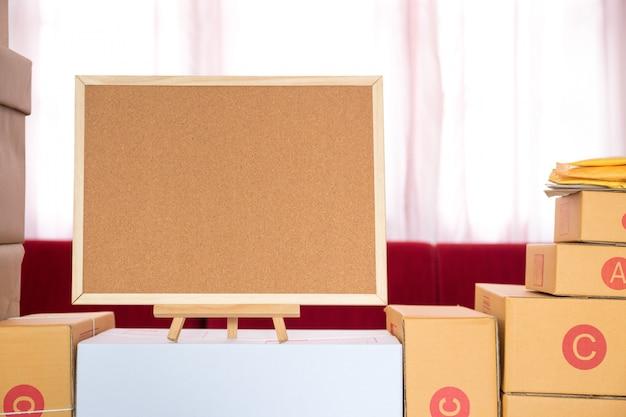 Embalagem marrom caixa de encomendas no escritório em casa.