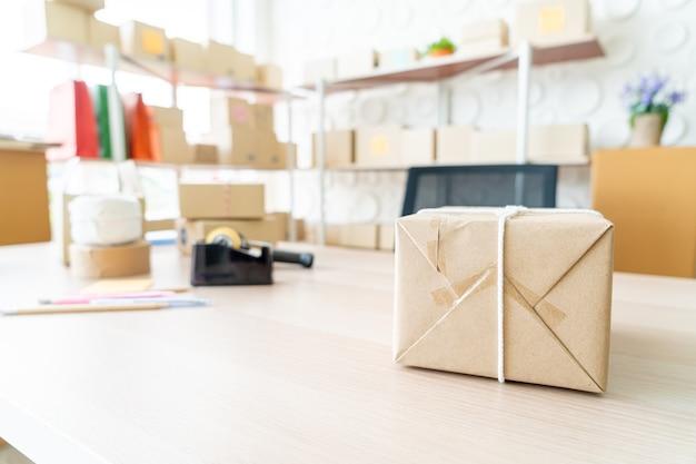 Embalagem na mesa. vender conceito online