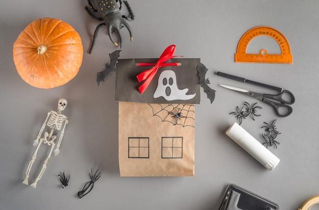 Embalagem passo a passo de um presente para o halloween