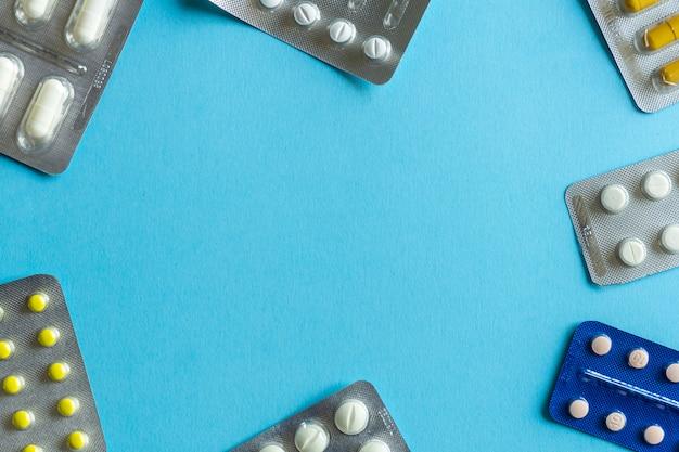 Embalagens de comprimidos (drogas) em um fundo colorido. conceito mínimo.