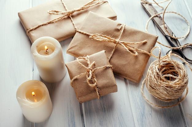 Embalagens embrulhadas em papel kraft e velas