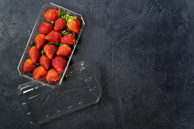 Embalagens plásticas de morangos.