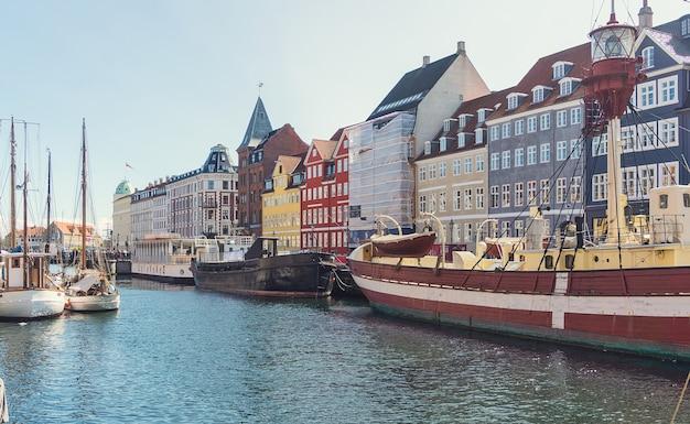 Embankment new harbour é um famoso distrito histórico e de entretenimento, copenhague, dinamarca